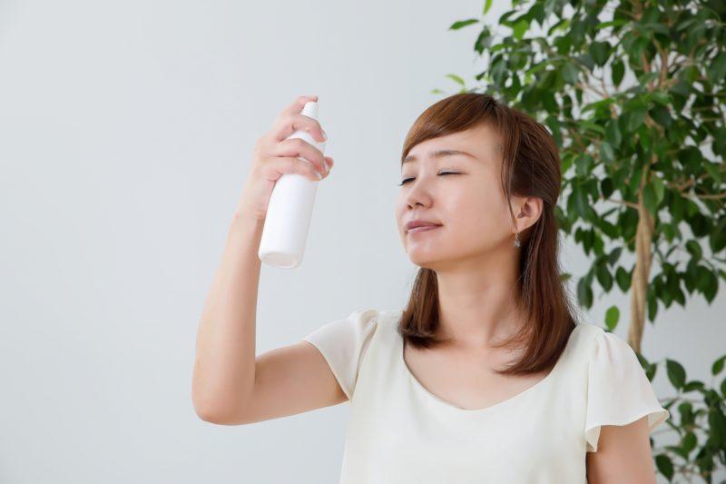 スプレー化粧水をかける女性