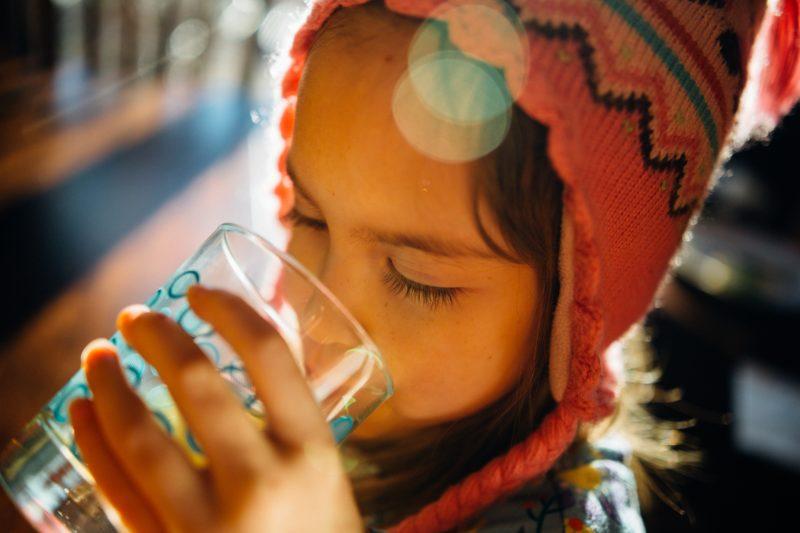 青汁を飲む子供