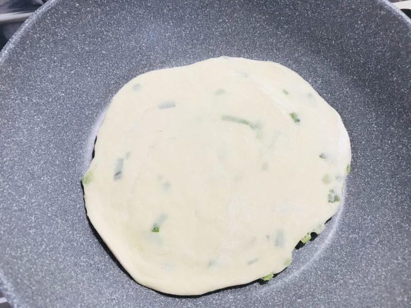 業務用スーパーの薄焼き餅を凍った状態でフライパンにのせたところ
