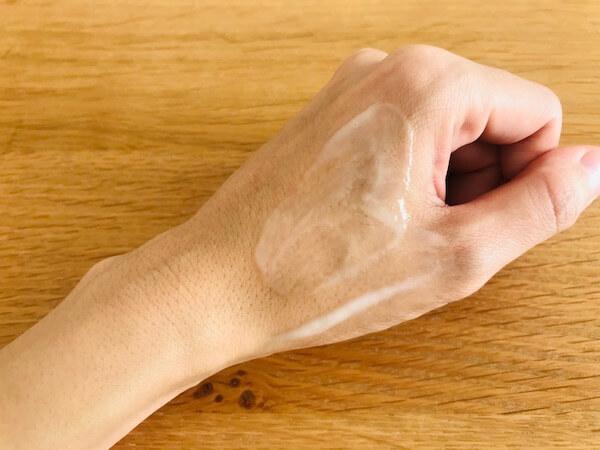 ベビーボーンのミルクローションを手の甲に伸ばした写真